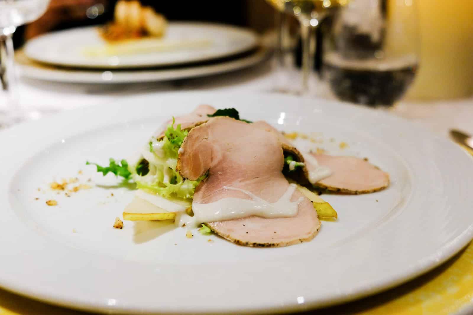 Millefeuille vom Schwein mit schwarzem Pfeffer, knackigem Salat, Walnuss-Sauce, Birnen und Gorgonzola